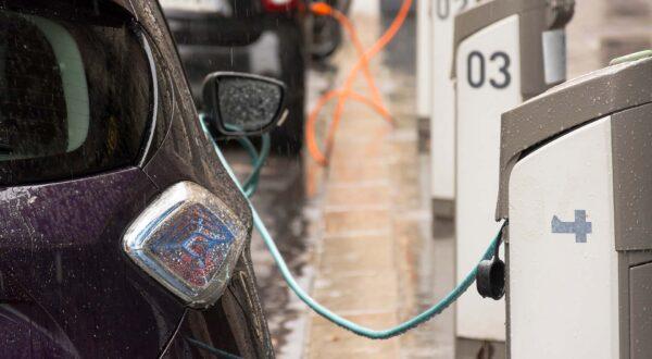 Electric-car-charging-in-the-rain
